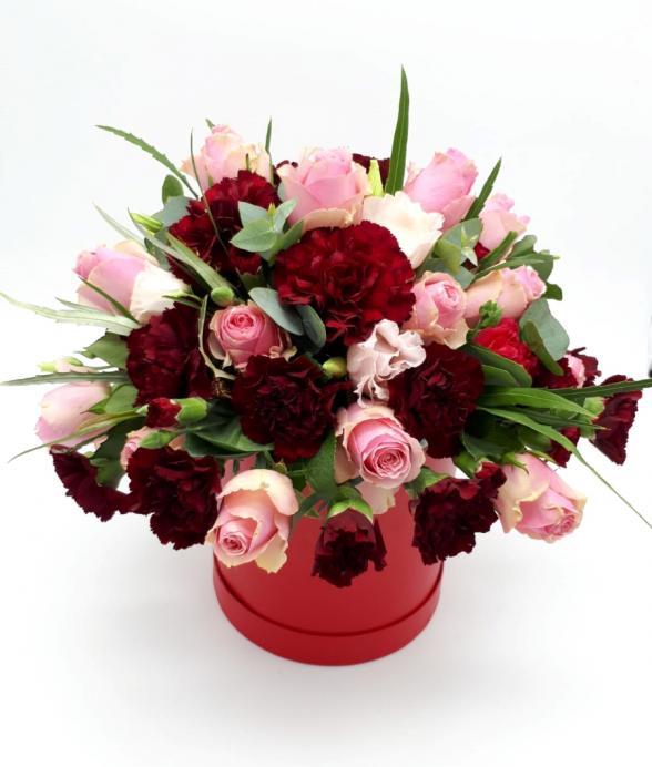Czerwony flowerbox róż i goździków