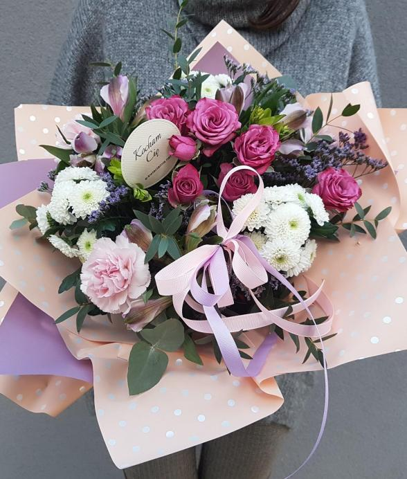 Bukiet kwiatów w jasnym papierze ozdobnym