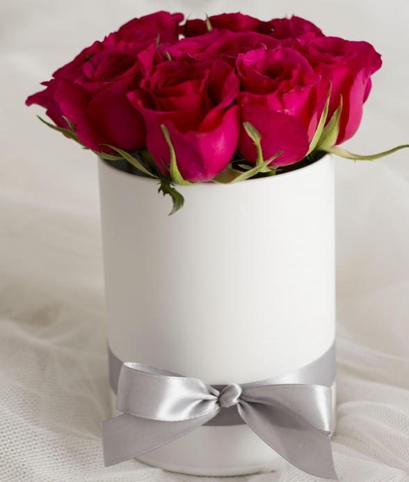 Ciemnoróżowe róże w pudełku