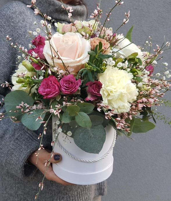 Kwiaty mieszane w pudełku w pastelowych kolorach