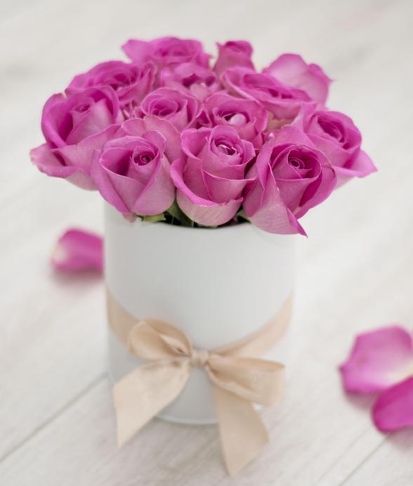 Różowe róże w białym pudełku